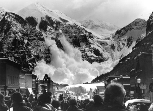 Bystanders view an avalanche. [CREDIT: FLATLINE-TIGNES]