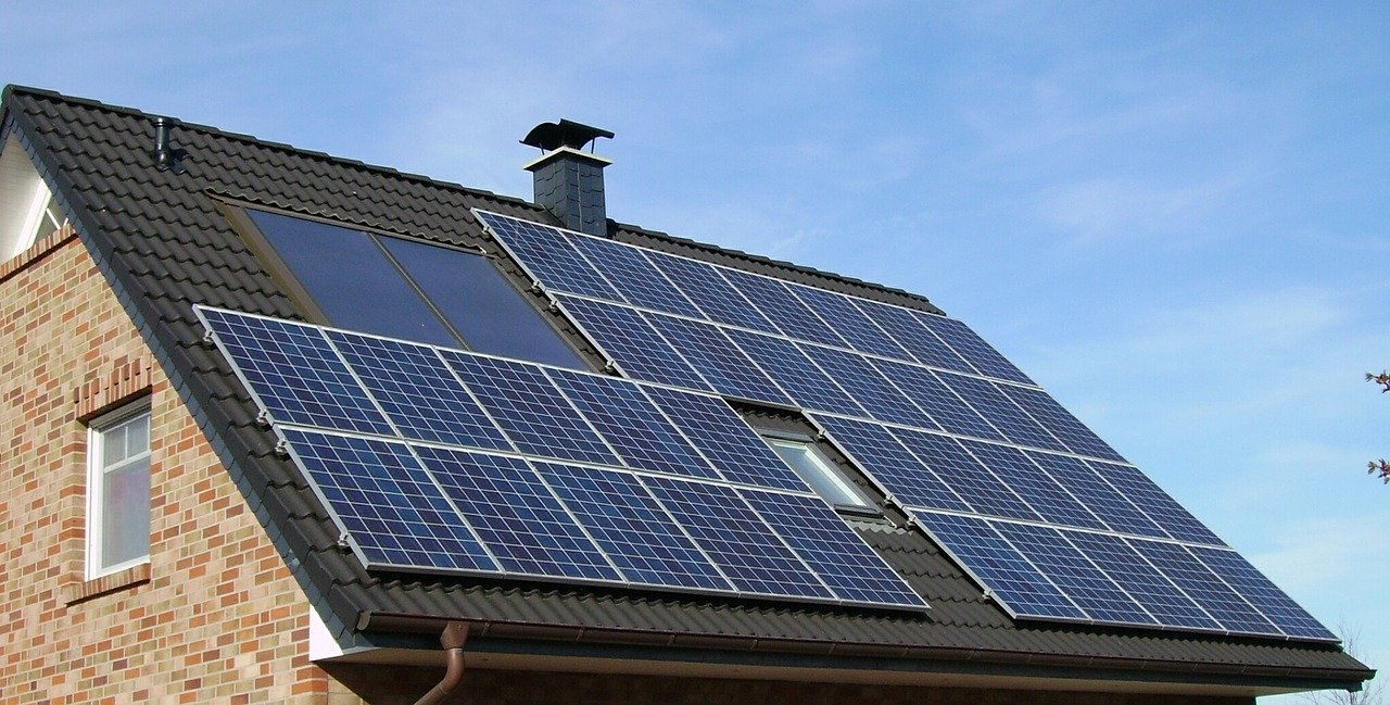 Photovoltaic solar panels on the roof of a home. By 2024, 2.5 percent of all U.S. homes will have solar panels, according to solar energy advocacy organization Solar Energy Industries Association (SEIA). [Credit: skeeze/Pixabay | CC]